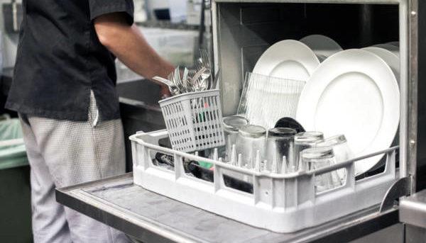 Dans les cuisines, la corvée plonge est nettement facilitée avec l'aide précieuse d'un lave-vaisselle, mais pas n'importe lequel, un équipement professionnel ! Les professionnels restaurateurs, hôteliers et autres s'y sont mis et pour ceux qui s'installent, ils doivent impérativement prévoir cet investissement qui fait gagner non seulement du temps mais aussi de l'argent. Mais comment bien choisir son lave-vaisselle professionnel ? Voici quelques conseils... Le lave-vaisselle professionnel Qui dit lave-vaisselle professionnel dit aussi utilisation professionnelle. En effet, les lave-vaisselle industriels ont une autre efficacité et d'autres performances que les machines qui se trouvent chez les particuliers. Pour une vaisselle parfaitement nettoyée et c'est le but, l'équipement professionnel est conçu pour répondre à tous les besoins et à toutes les nécessités dans ces milieux que sont les restaurants, les cafés, les hôtels, les collectivités... Ils sont très pratiques pour les verres, les assiettes et les couverts, pour certains ustensiles de cuisine qui peuvent aussi être lavés en machine, seules, en général, les très grosses casseroles sont encore lavées à la main. Aujourd'hui, le marché propose un large choix de lave-vaisselle professionnels qui sont adaptés à toutes les exigences, qui sont fiables et qui respectent ainsi toutes les obligations d'hygiène, comme ici sur www.materiel-horeca.com. Parmi les équipements proposés on trouve deux types de lave-vaisselle, le choix se fait selon l'espace disponible, selon l'alimentation triphasé ou monophasé, selon le nombre de couverts. Certaines machines proposent des cycles courts, il suffit donc de choisir le matériel qui répond à vos besoins. Il y a donc le lave-vaisselle frontal ou plus exactement à ouverture frontale qui convient bien aux établissements de petite ou moyenne taille. Puis il y a le lave-vaisselle à capot qui est prévu pour les cuisines et les nombres importants de couverts, pour du rendement plus éle